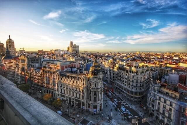 Ook voor last minute citytrips kan je naar Spanje