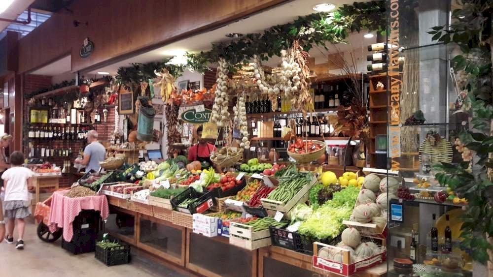Kleurrijk uitgestalde kramen boordevol delicatessen in Mercato Centrale