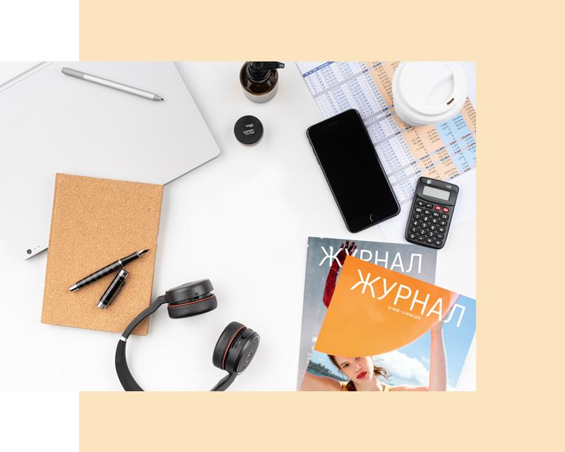 Работно място със списания, тефтер, калкулатор