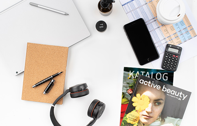 Flatlay magazin, jegyzetfüzet, számológép, smartphone