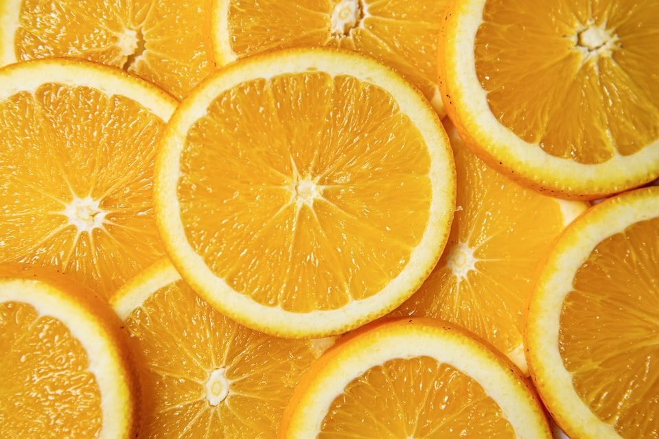 Morceaux d'oranges: bienfaits, propriétés et vertus de la vitamine C, présente en abondance dans oranges.