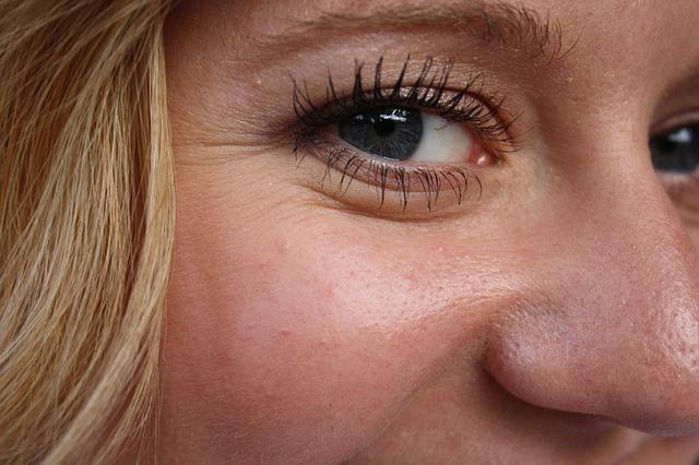 Gros plan sur la peau d'une jeune femme. L'acide hyaluronique permet d'hydrater la peau et de lui redonner de l'élasticité.