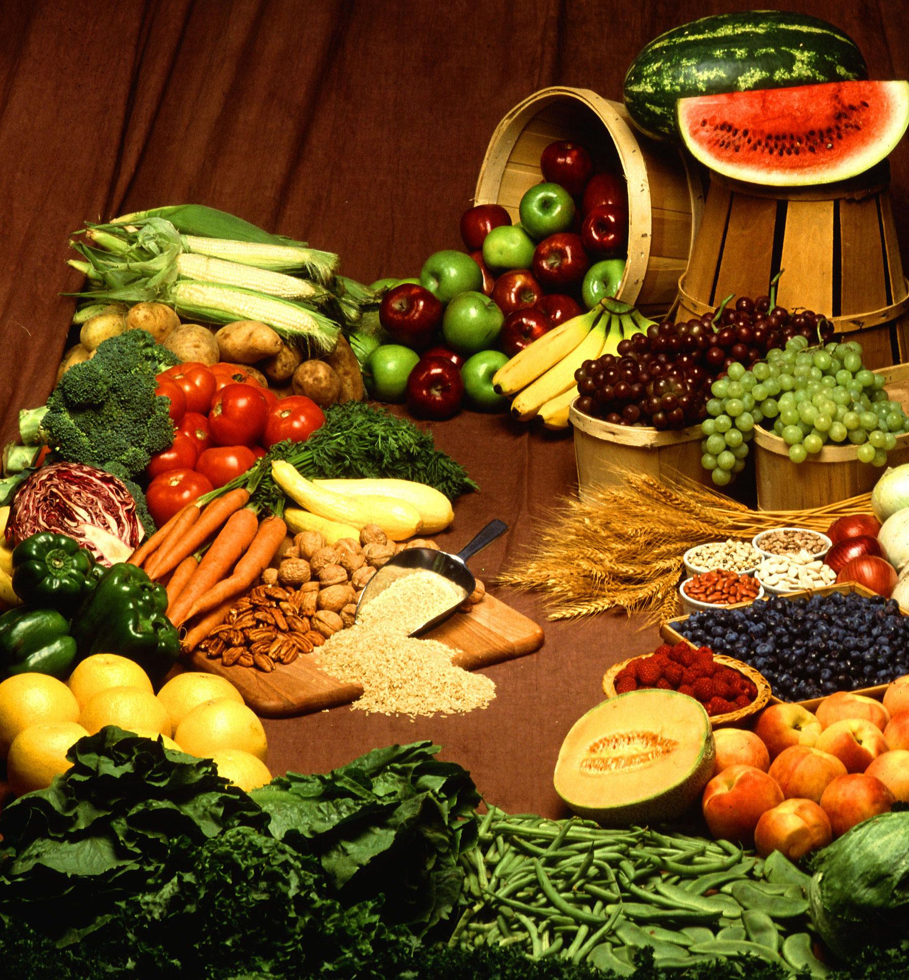 Le régime IG privilégie les aliments à index glycémique bas, tels que les légumes ou les fruits qui sont ici présentés : tomates, brocolis, haricots, melons, framboises, bananes, pommes, noix...