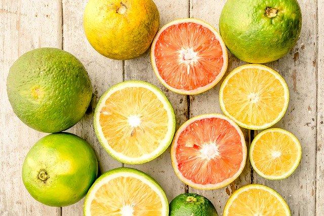 La vitamine C est présente en abondance dans certains aliments, notamment les oranges.