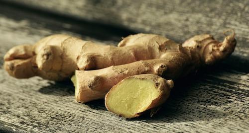 Les Rhizomes de gingembre, le ginseng ou le tribulus peuvent facilement s'associer avec la Maca.