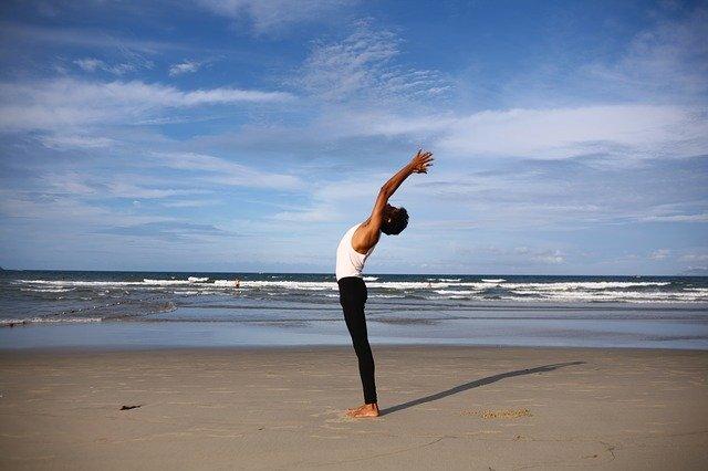Homme au bord de la mer : l'hygiénisme prône une connexion à la nature.