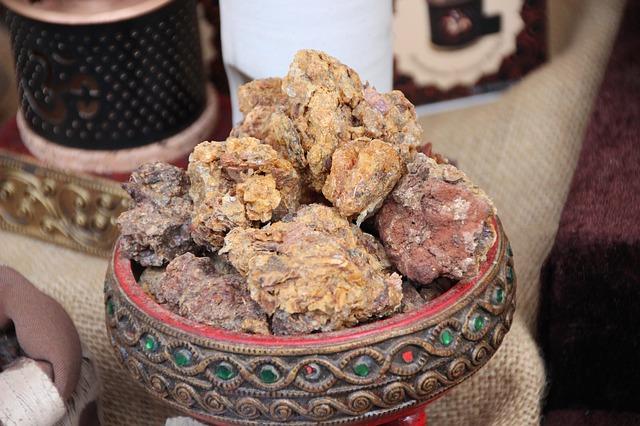 L'huile essentielle de myrrhe est réalisée à partir de la résine aromatique de myrrhe.