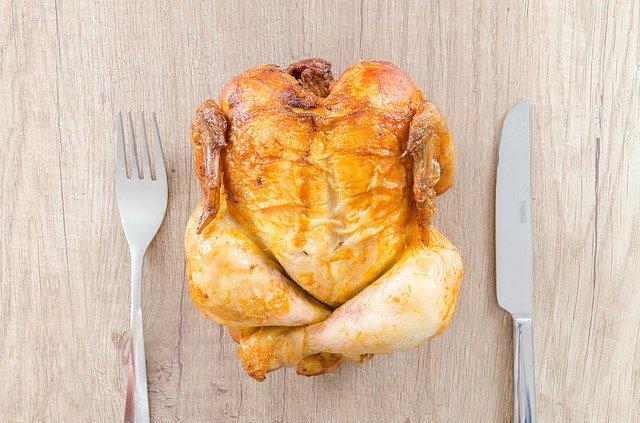 Poulet rôti : aliment où le tryptophane est présent en abondance.
