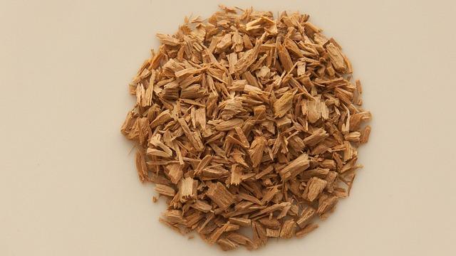 Bois de santal en copeaux : l'huile essentielle de Santal dispose de nombreuses propriétés.