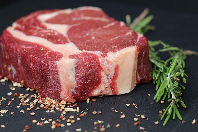 La glycine est naturellement présente dans l'alimentation et notamment dans la viande.