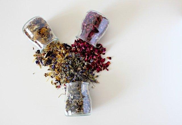 Plantes séchées : le soin par les plantes est très souvent utilisé en naturopathie.