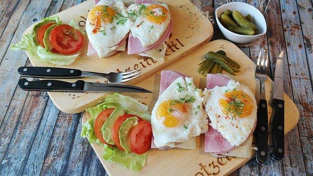 Plateaux contenant du jambon et des œufs : la lysine est présente en abondance dans ces aliments.