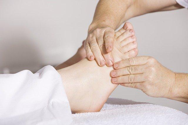 Massage du pied: bienfaits et effets de la réflexologie plantaire.
