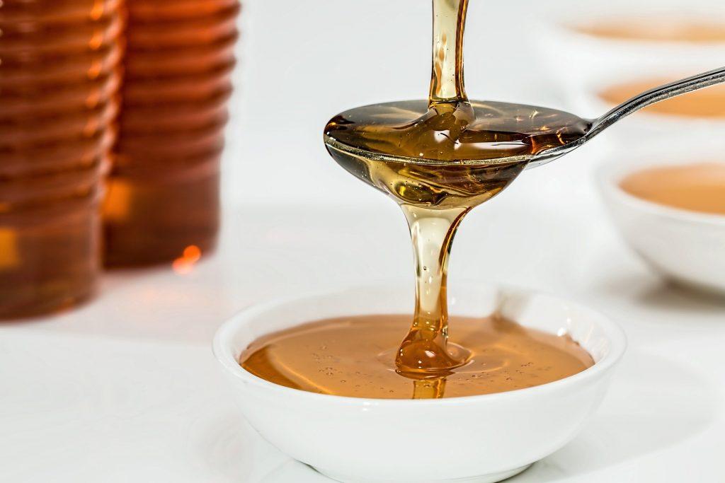 Produits de la ruche dans un bol: Ginseng et gelée royale agissent en synergie pour stimuler l'organisme.