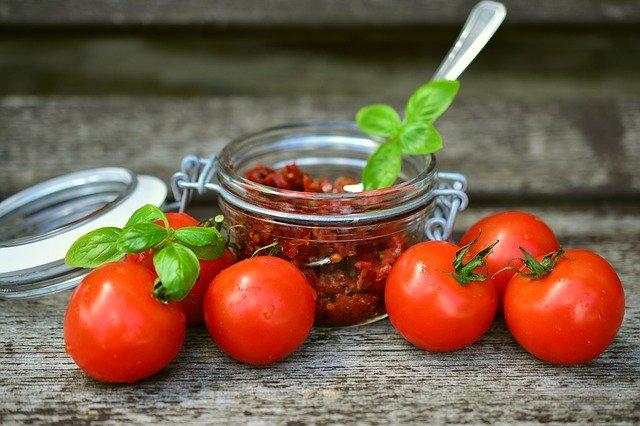Dans l'alimentation, le potassium est présent en abondance dans les tomates séchées.