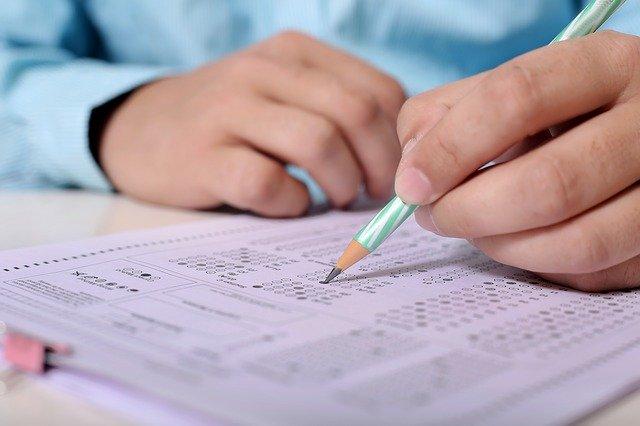 Personne en train de réaliser un examen : l'hypnose permet de lutter contre le stress des examens, du Bac et des concours.