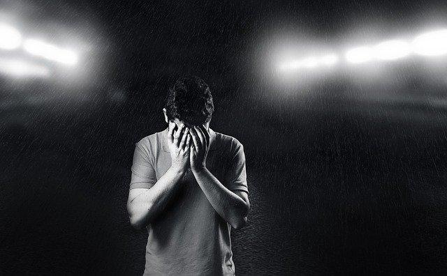 Homme souffrant de dépression : certains traitements naturels permettent de lutter contre les états dépressifs.