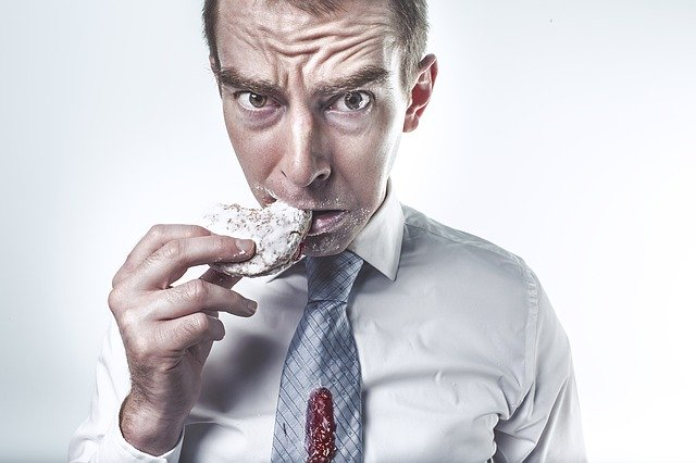 Homme en train de manger : la boulimie peut être traitée par l'hypnose.