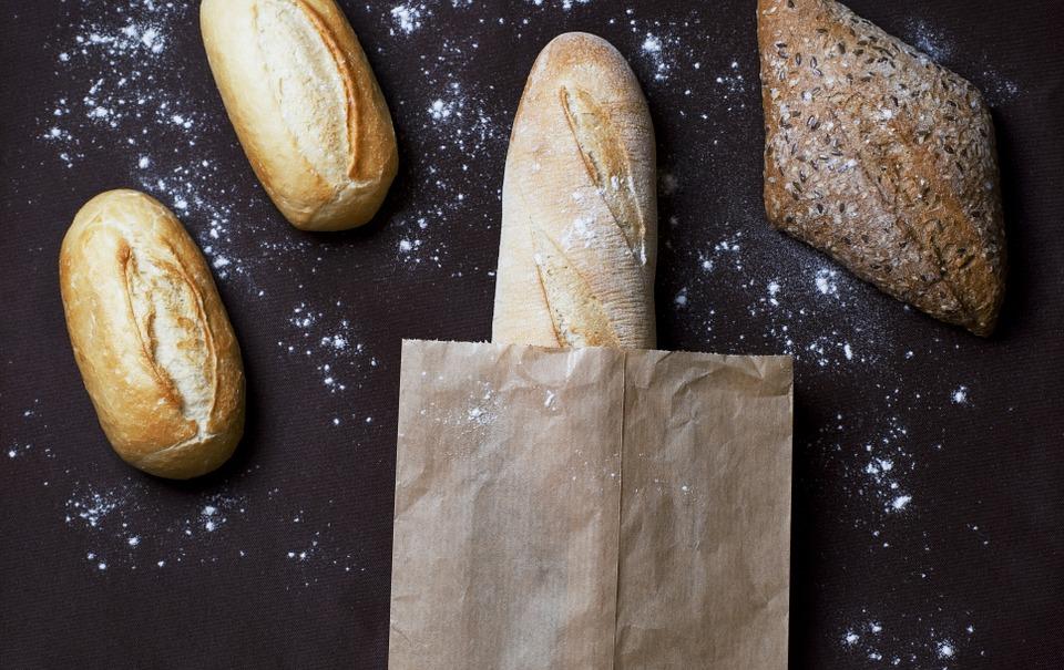 Baguettes de pain riches en FODMAPs, à éviter dans le cadre d'un régime pauvre en FODMAPs.