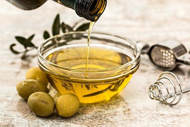 Huile d'olive dans un bol : elle dispose de nombreux bienfaits et vertus pour la santé.