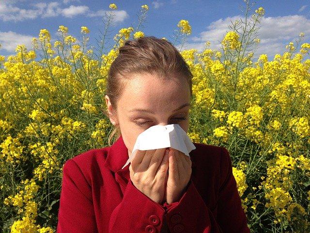 Femme en train d'éternuer : l'hypnose permet de traiter certaines allergies.