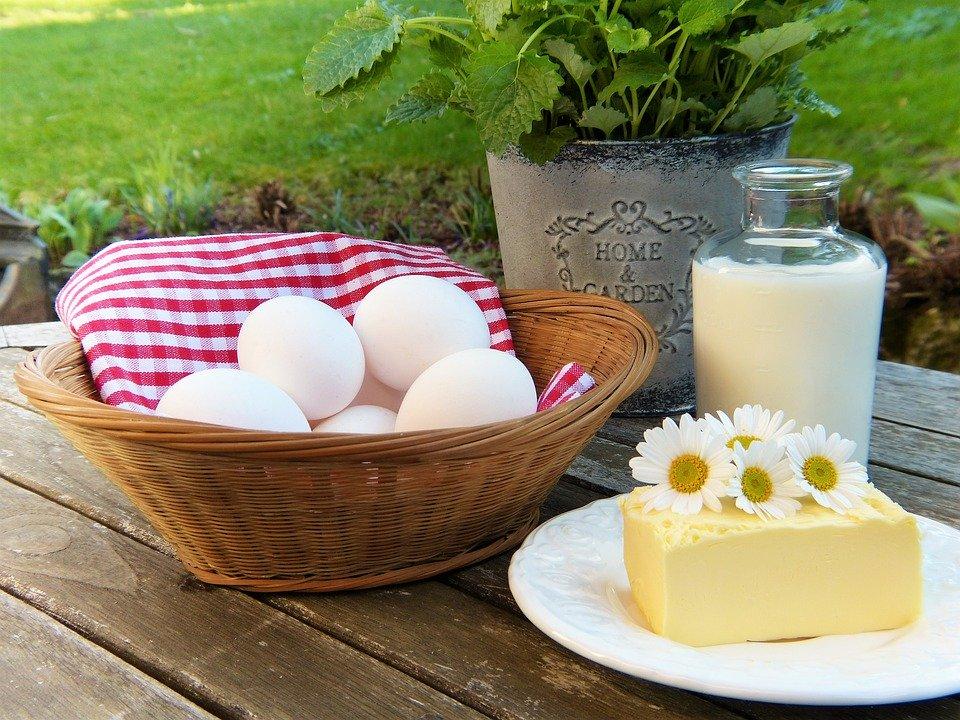 Oeufs, beurre et verre de lait sur une table : le régime hyperprotéiné consiste à augmenter la part des protéines dans l'alimentation.