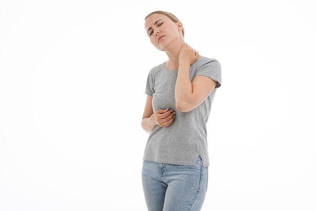 Femme souffrant de fibromyalgie : l'hypnose permet de soulager les symptômes de ce trouble.