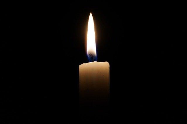 Bougie qui symbolise le deuil: l'hypnose permet de surmonter plus facilement le deuil.