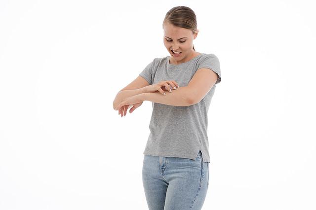 Femme, en train de se gratter, souffrant d'eczéma : l'hypnose peut être intéressante pour soigner cette affection cutanée.