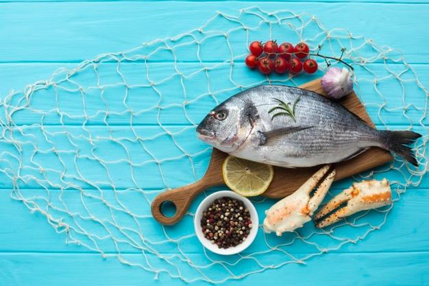 Poisson frais sur une planche en bois: le poisson est-il bon ou mauvais pour la santé?