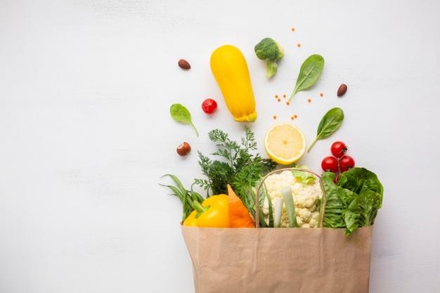 Fruits et légumes dans un sac en papier : les différentes techniques de conservation des aliments.