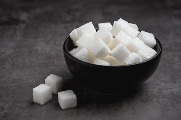 Morceaux de sucre dans un bol: dépendance au sucre, quelles causes et traitement?