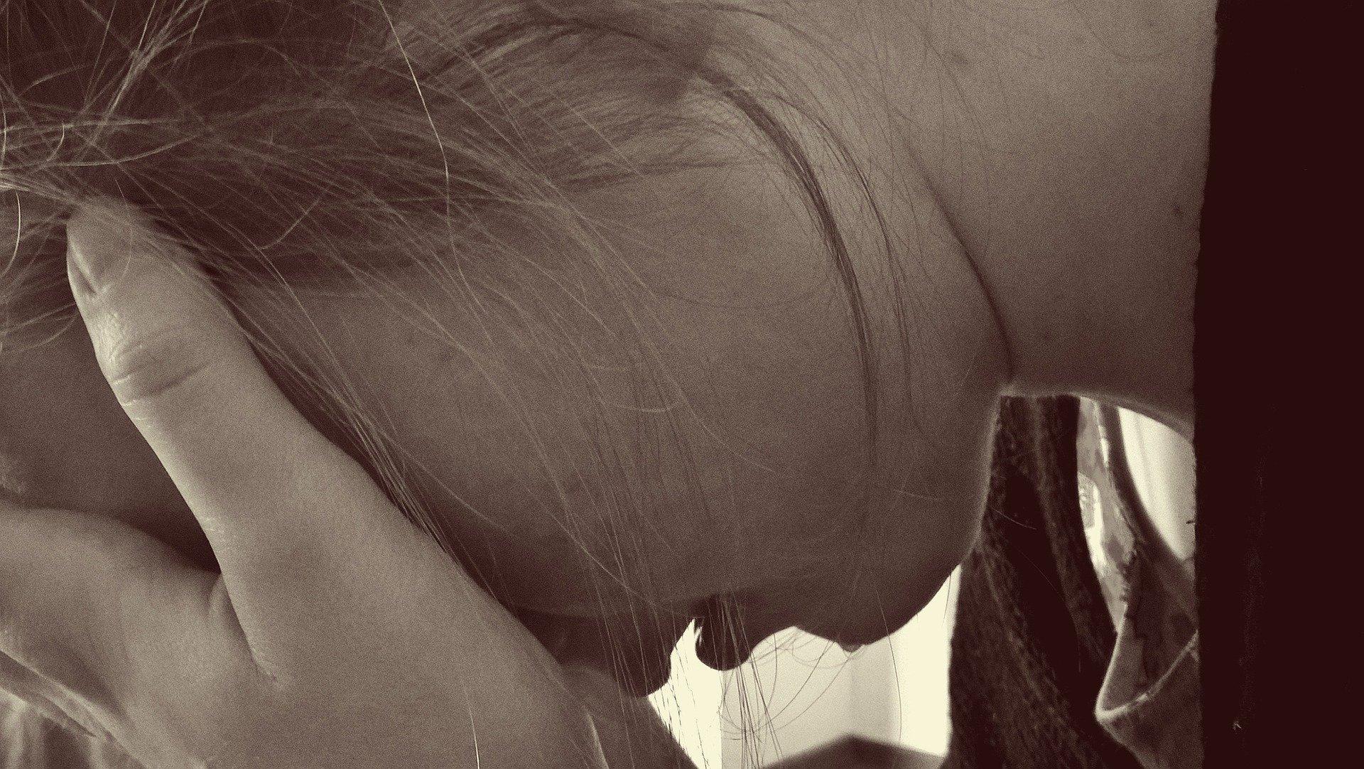 Femme souffrant de dépression : le griffonia peut soulager le stress et les états dépressifs.