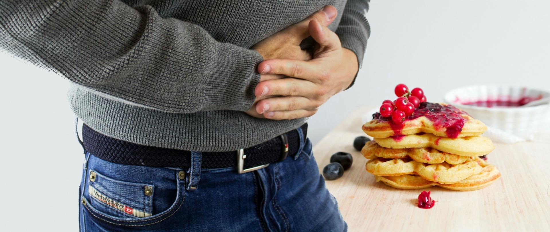Homme souffrant de gastrite : l'alimentation a un impact considérable sur cette pathologie.