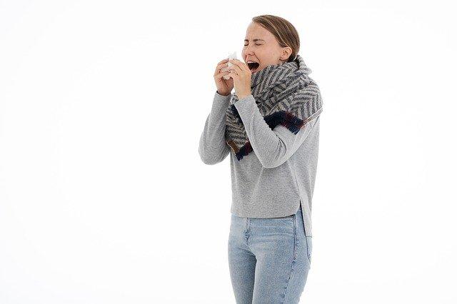 Femme souffrant d'allergie au pollen: causes et traitement naturel.