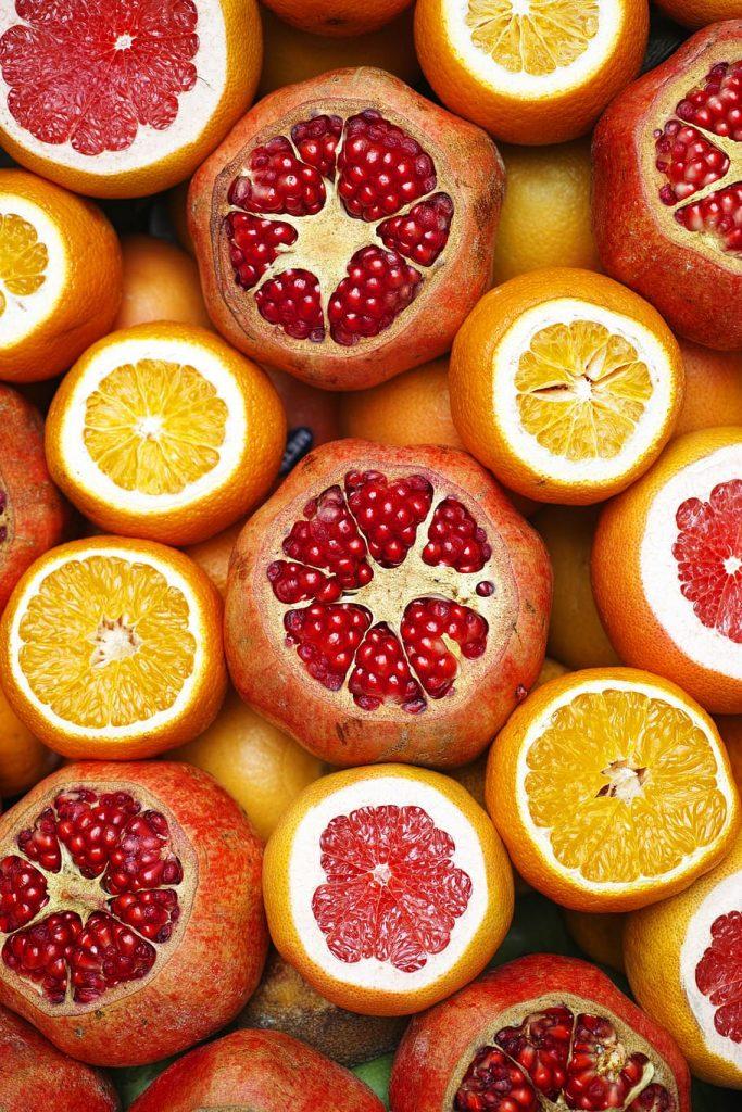 Arance, pompelmi, melograni: alimenti consigliati per la psoriasi.