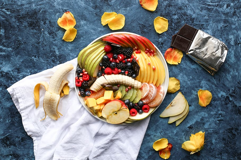Assiette contenant des fruits: alimentation riche en fibres, adaptée en cas de constipation.