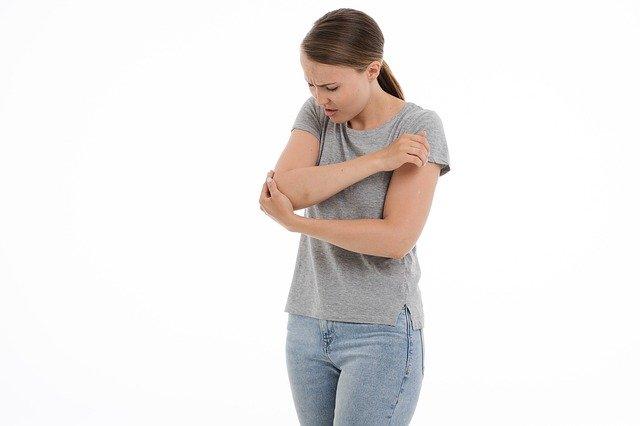 Femme souffrant de Polyarthrite rhumatoïde: causes et traitement naturel de cette maladie.