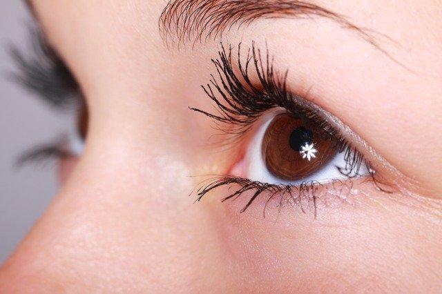 Yeux: technique EMDR est basée sur le mouvement oculaire.