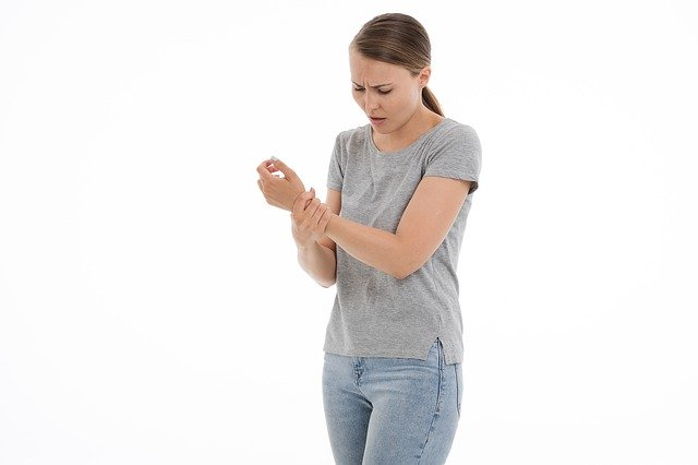 Femme souffrant de tendinite: causes et traitement naturel.