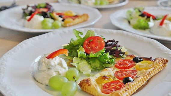 Plats riches en fruits et légumes recommandés dans le régime DASH.