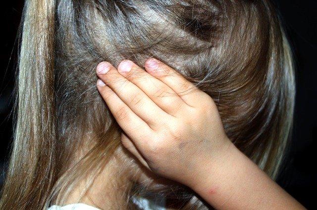 Enfant souffrant d'acouphènes: traitement naturel et causes.