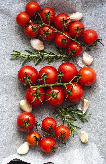 Tomates et ail: aliments recommandés dans le cadre d'un régime alimentaire anti-SIBO.