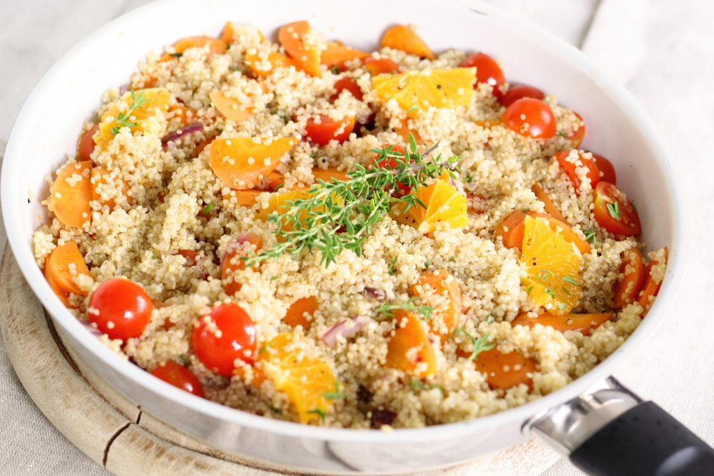 Poêlée de quinoa aux légumes: aliments riches en cystéine.