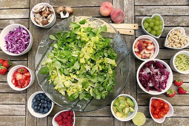 Fruits et légumes dans des bols: régime alimentaire recommandé en cas de syndrome métabolique.