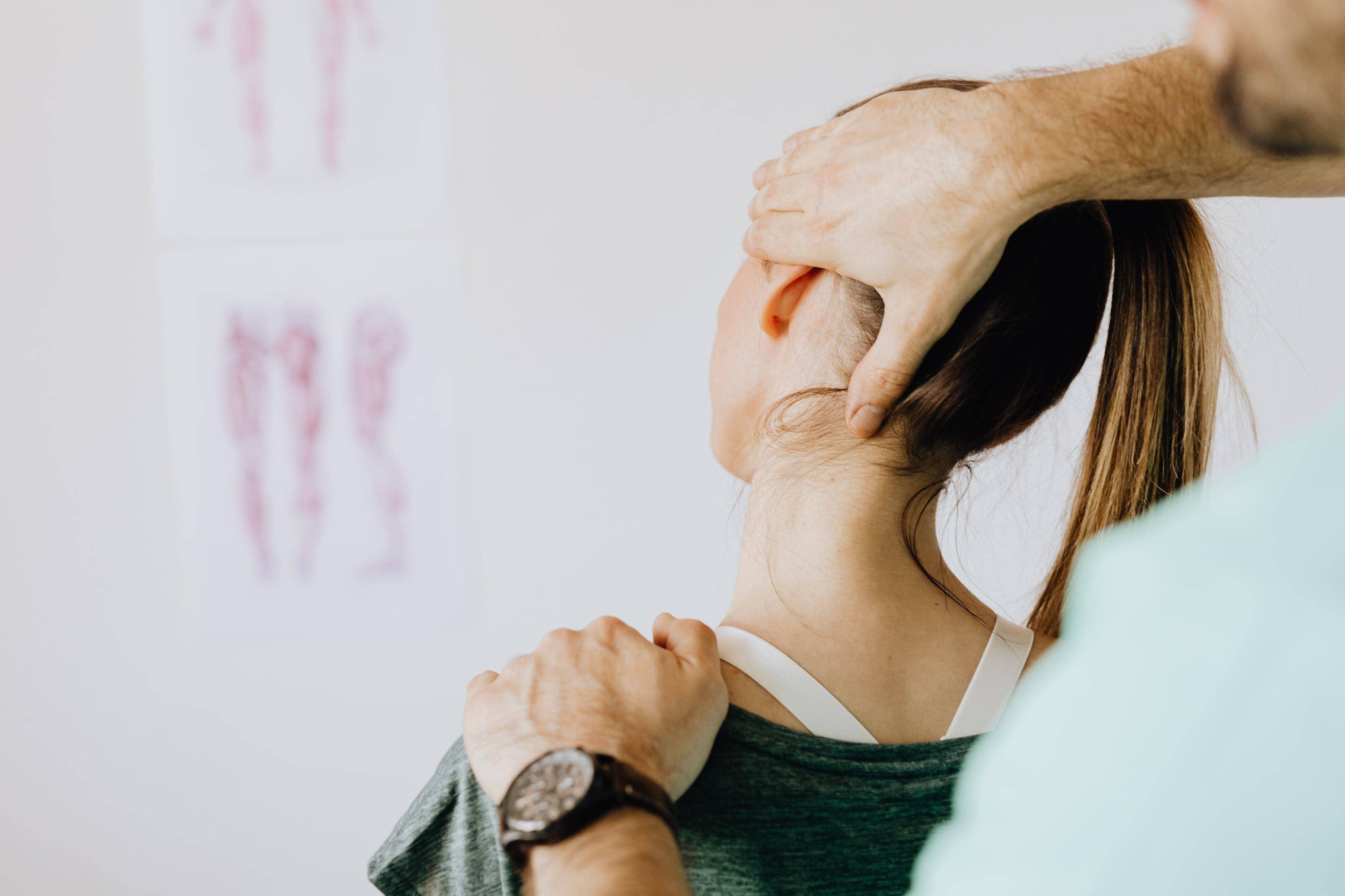 Femme souffrant de la maladie de Hashimoto: traitement naturel et causes.