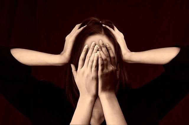 Femme souffrant de troubles bipolaires: traitement naturel et causes.