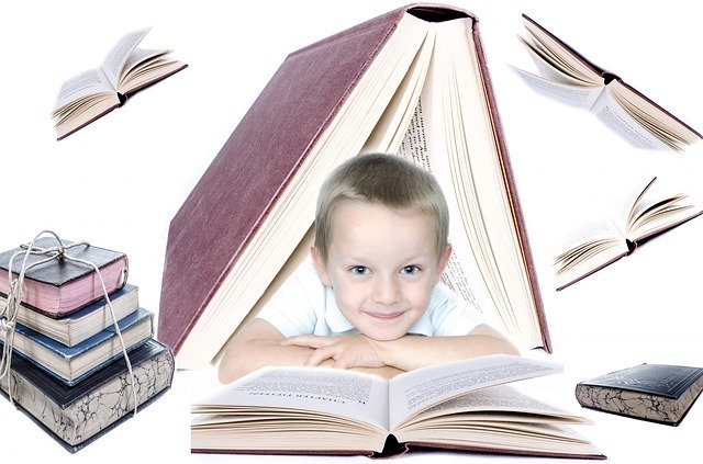 Enfant entouré de livre, représentant un enfant enfant surdoué ou à haut potentiel: caractéristiques, symptômes et signes.
