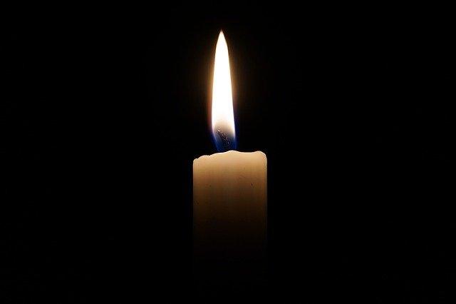 Bougie qui représente le deuil: parler de la mort à un enfant.