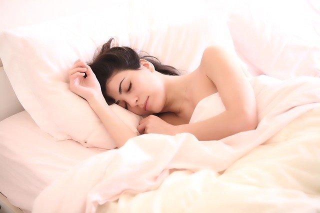 Femme en train de dormir: quelle alimentation pour bien dormir?